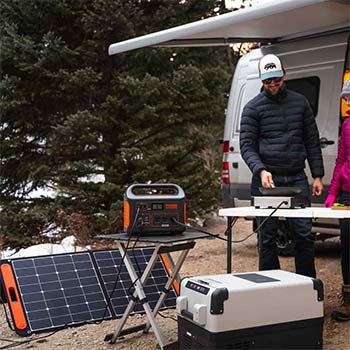 A cooker being powered by a jackery explorer 1000 while charging on a solar panel